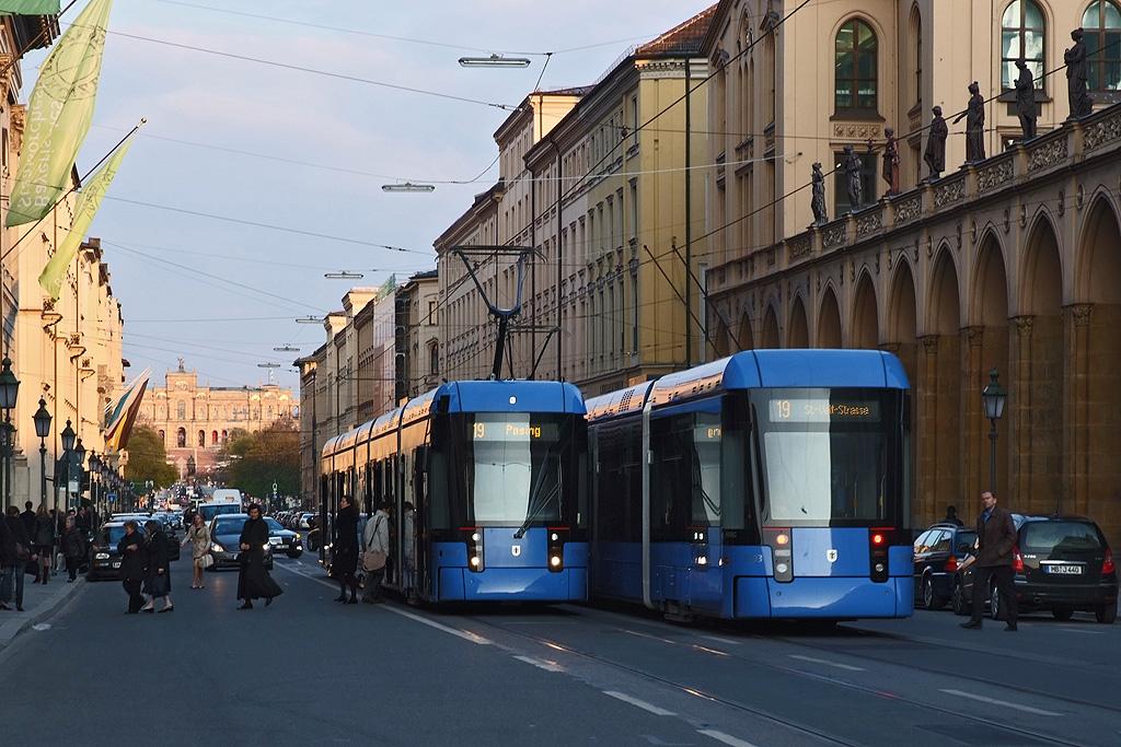 2 Variobahnen der MVG treffen sich vor der Staatsoper