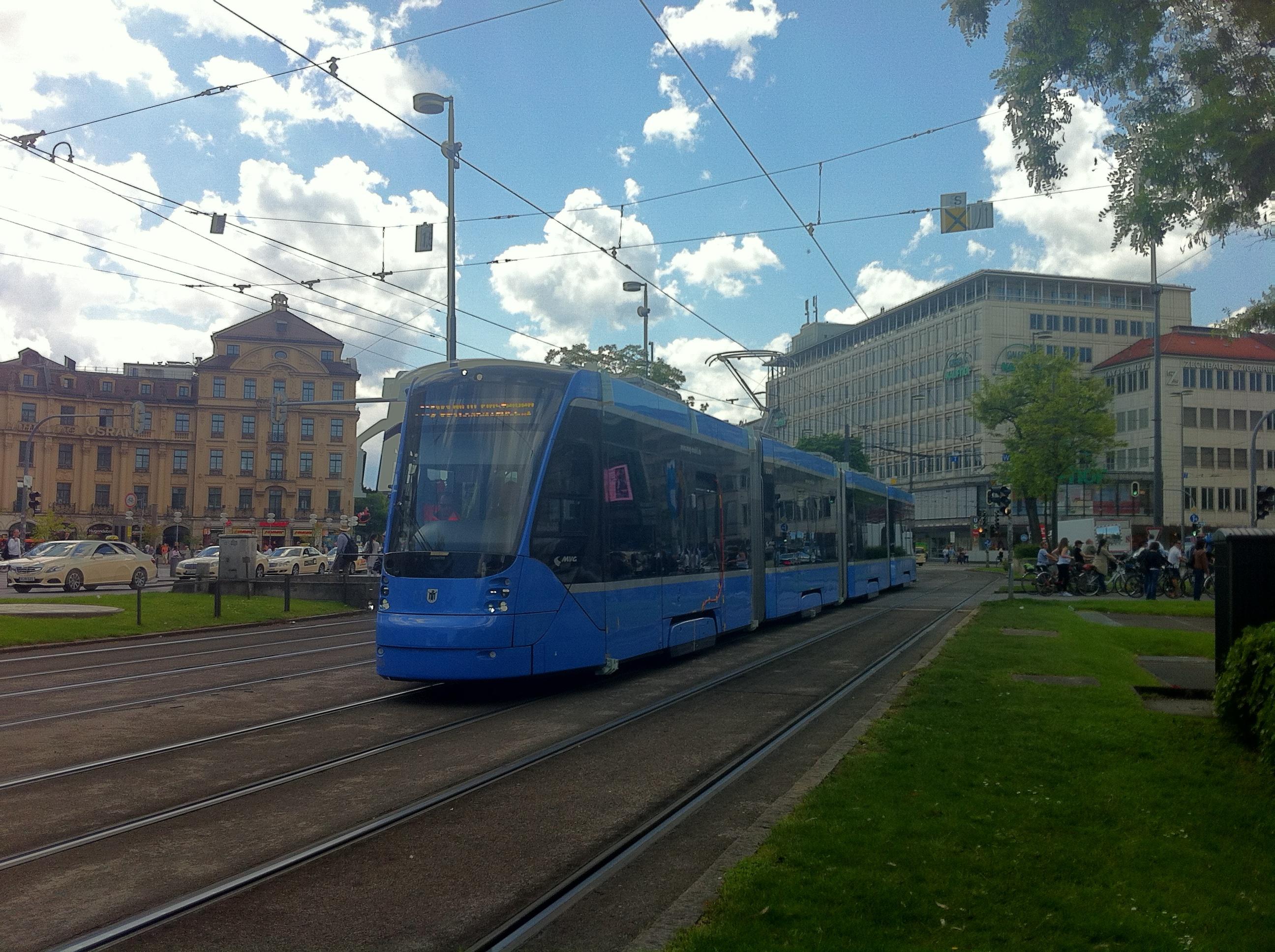 Avenio 2804 verlässt den Karlsplatz (Stachus) Richtung Schwabing