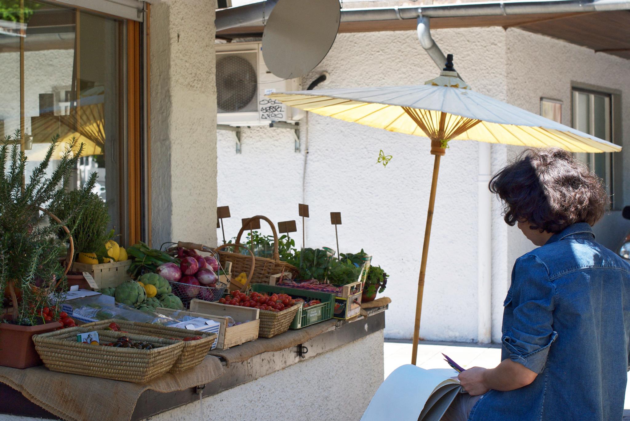 Die Schwabinger Malerin Elina Deberdeeva beim Zeichnen am Elisabethmarkt