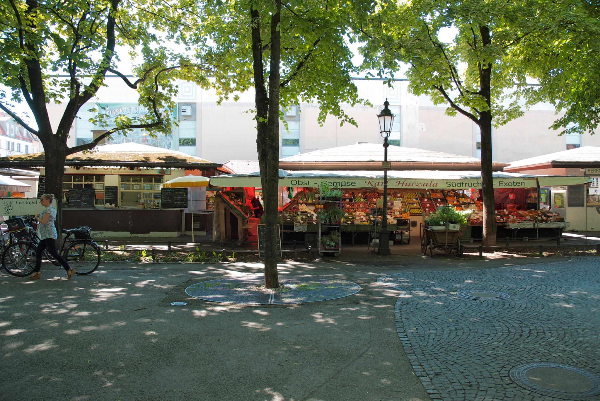Blick auf die Marktbuden am Elisabethplatz
