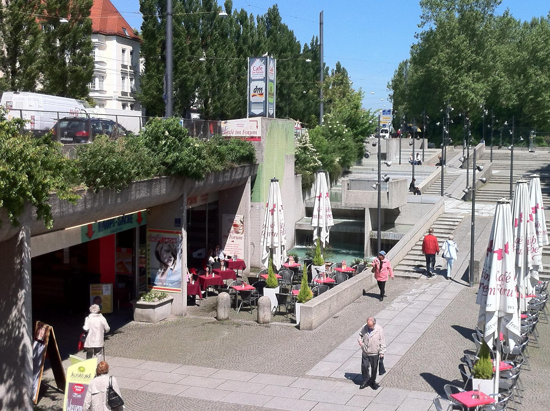 Wasserlauf-Münchner-Freiheit-Panorama