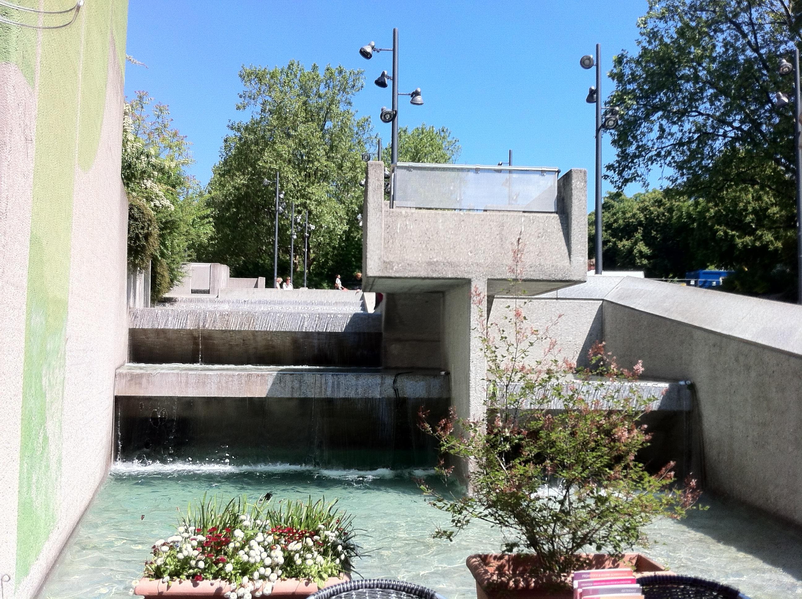 Wasserlauf Münchner Freiheit nah