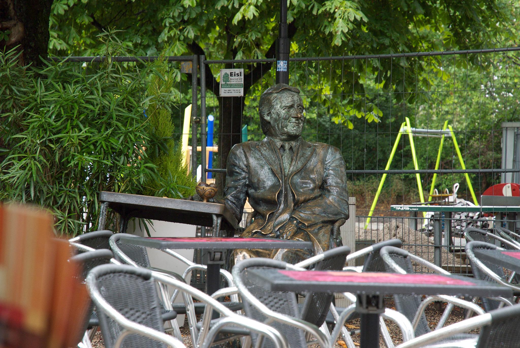 """Die Skulptur von Helmut Fischer, dem """"Monaco Franze"""""""