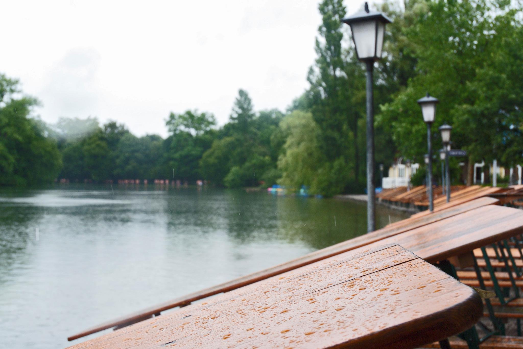 Die Tische sind hochgeklappt – Kein Bier im Seehaus in Schwabing