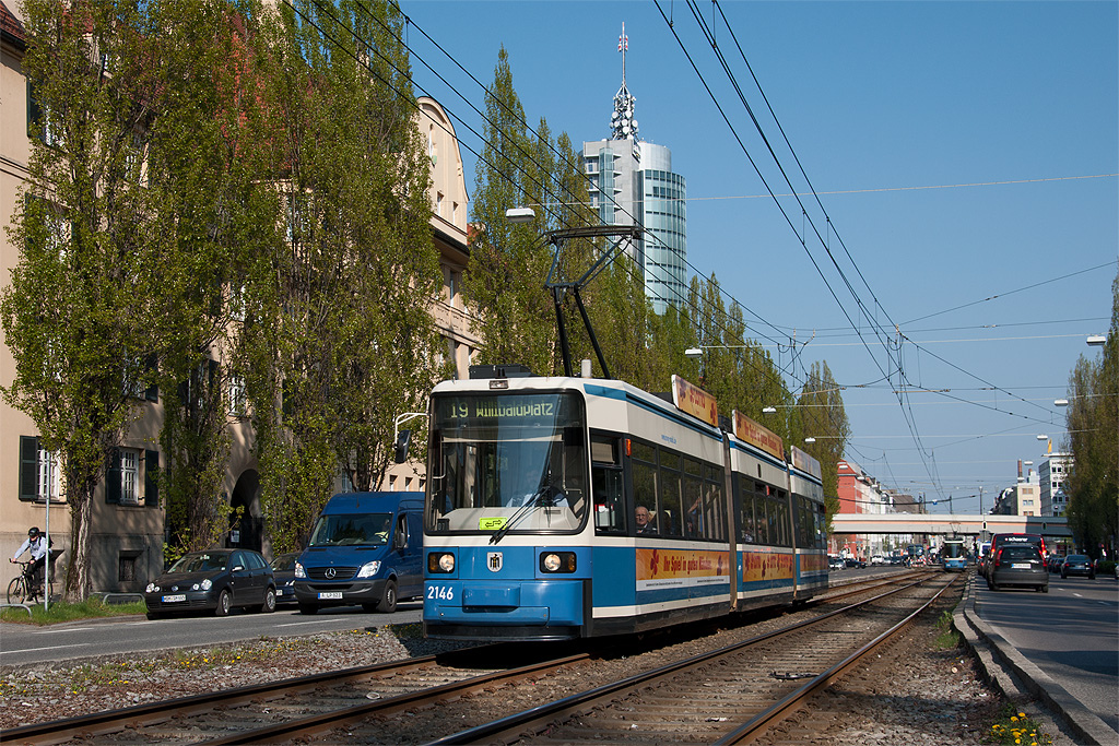 Münchner Straßenbahn 2146 mit Werbung für Lotto