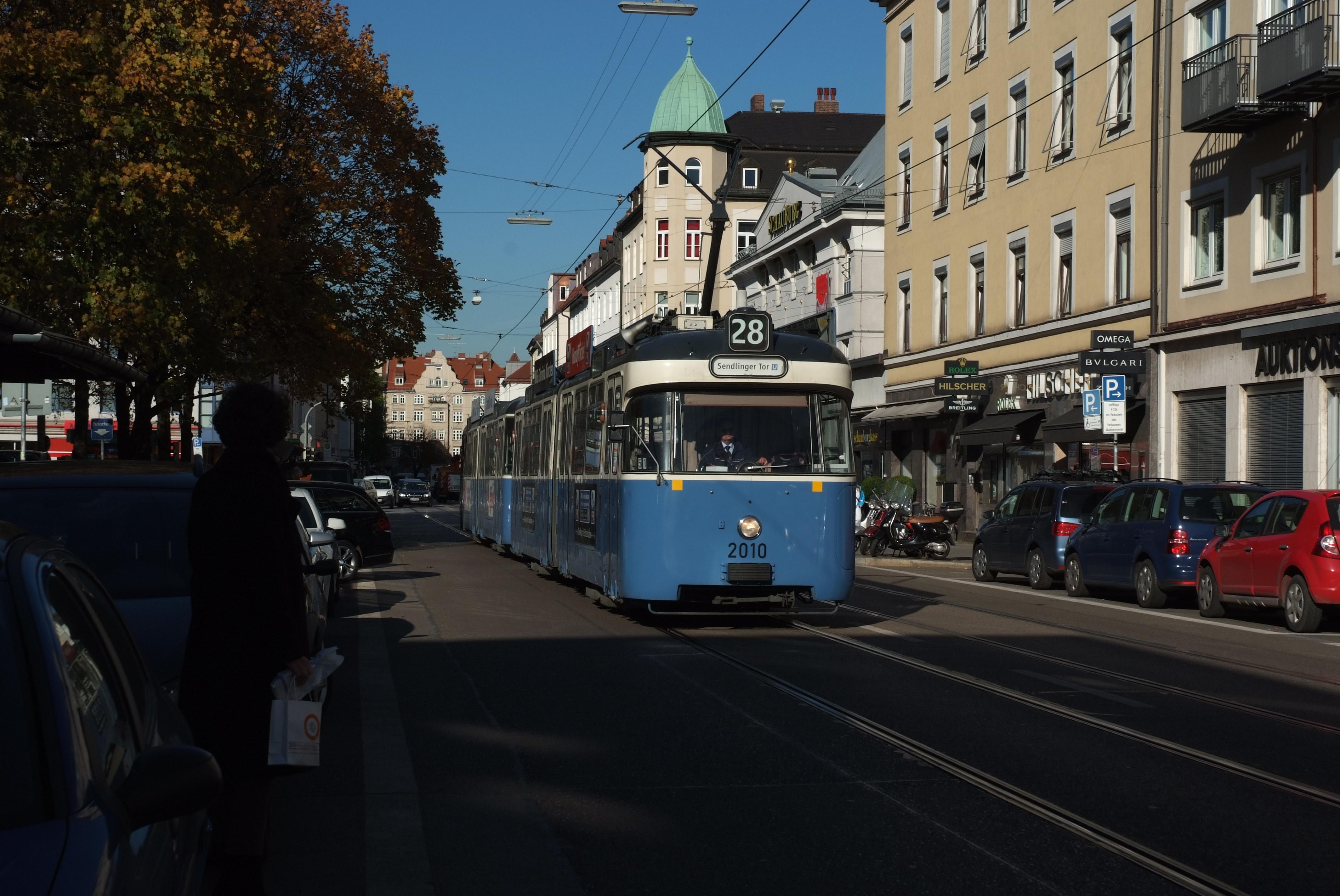 Der fast 50 Jahre alte Wagen in der Novembersonne am Elisabethplatz in Schwabing
