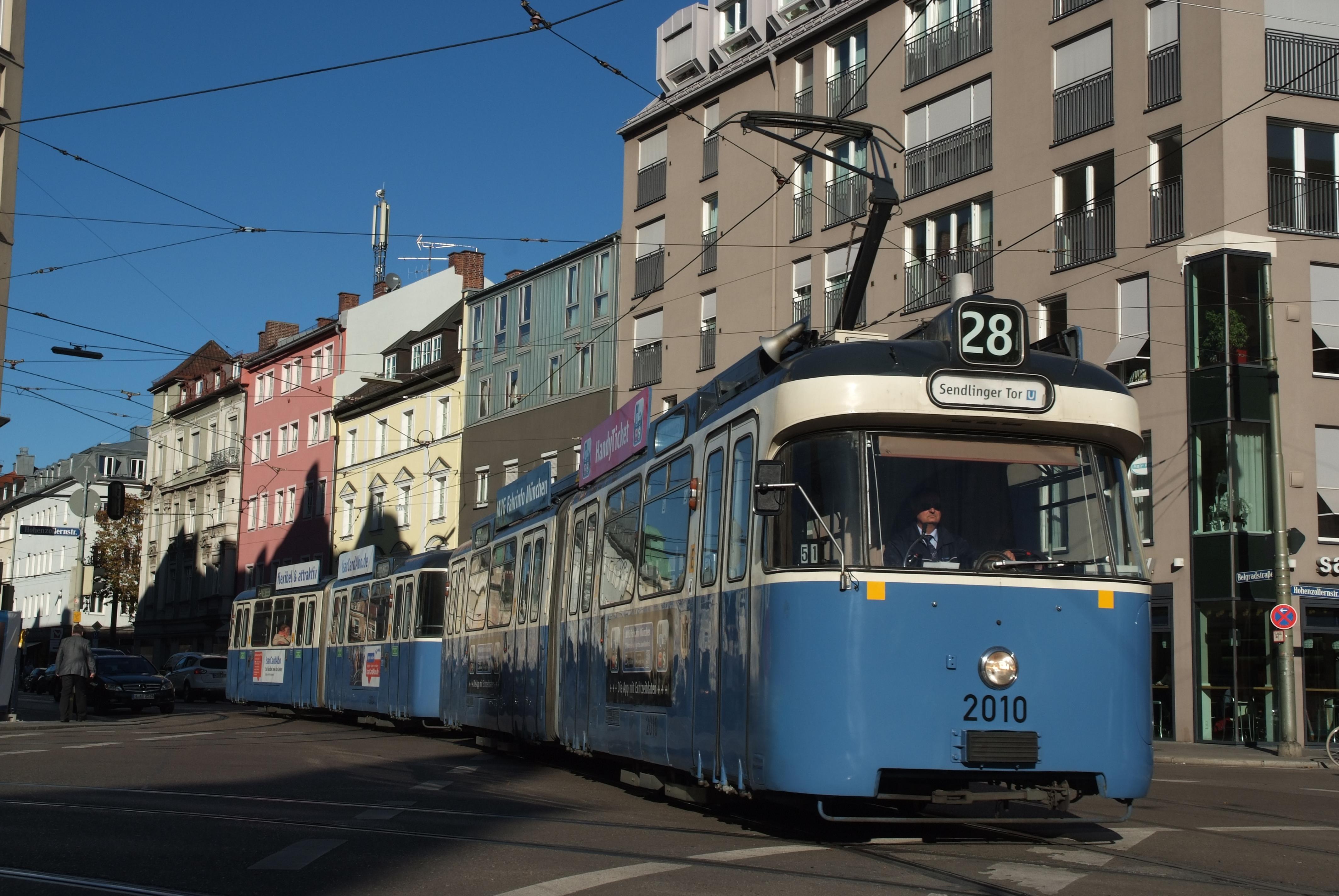 P-Wagen 2010 überquert die Gleiskreuzung am Schwabinger Kurfürstenplatz