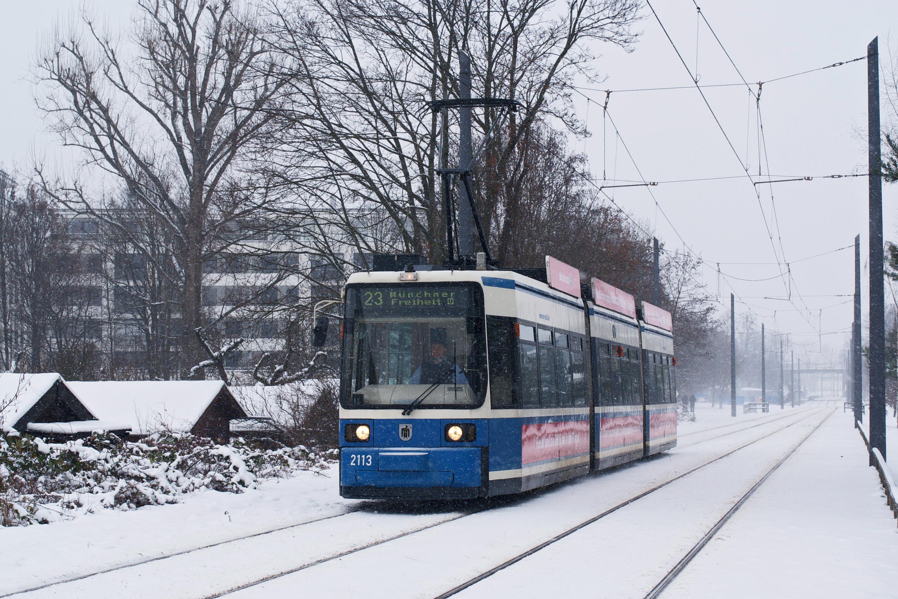R2 2113 am Rande des verschneiten Kleingartenvereins NO26