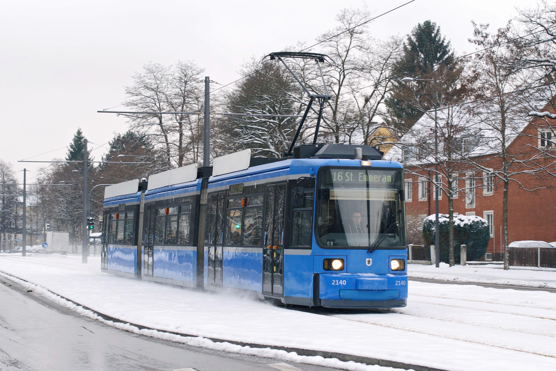 Wagen 2140 wirbelt den Schnee in der Englschalkinger Straße auf