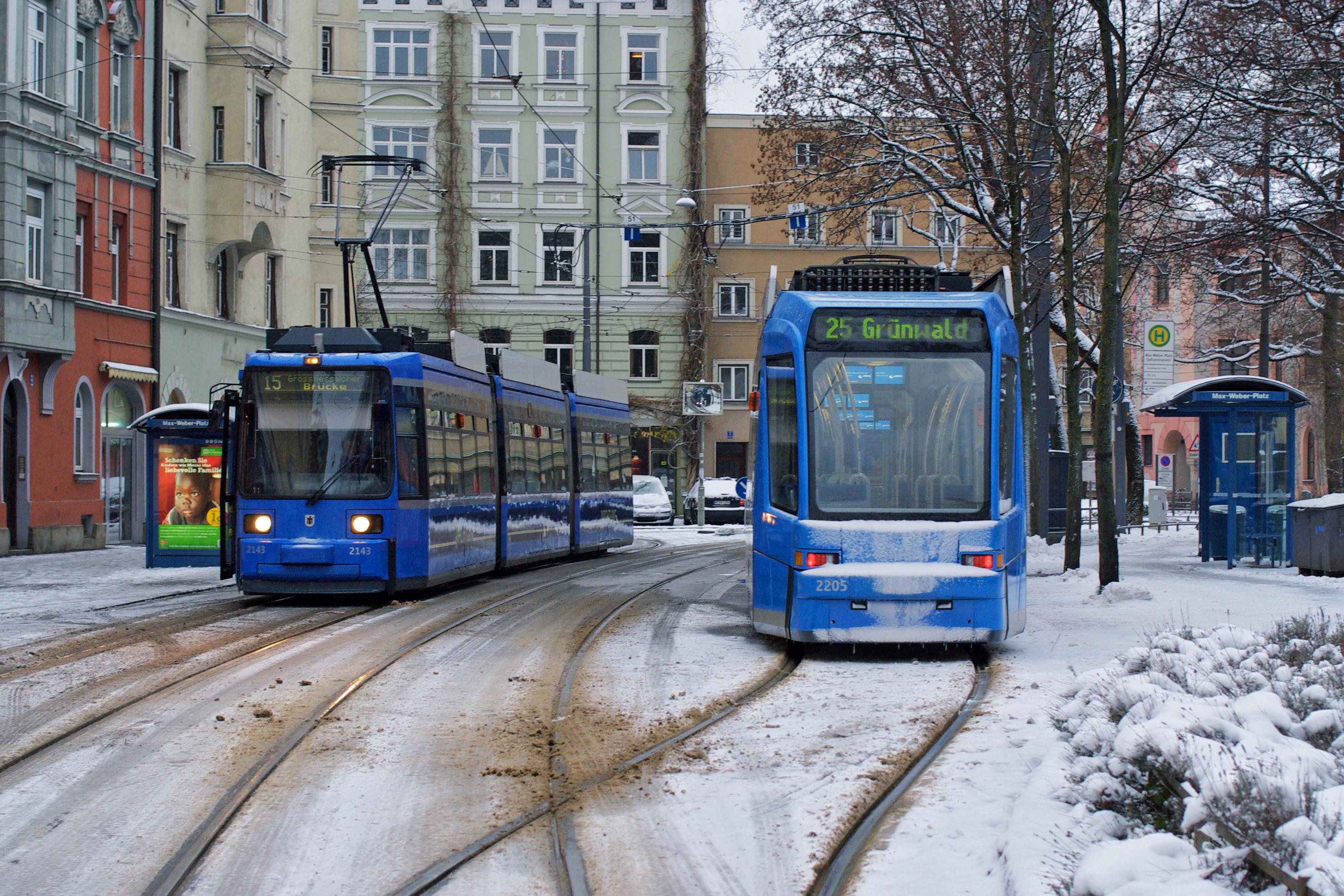 Wagen 2143 und 2205 begegnen sich am Johannisplatz
