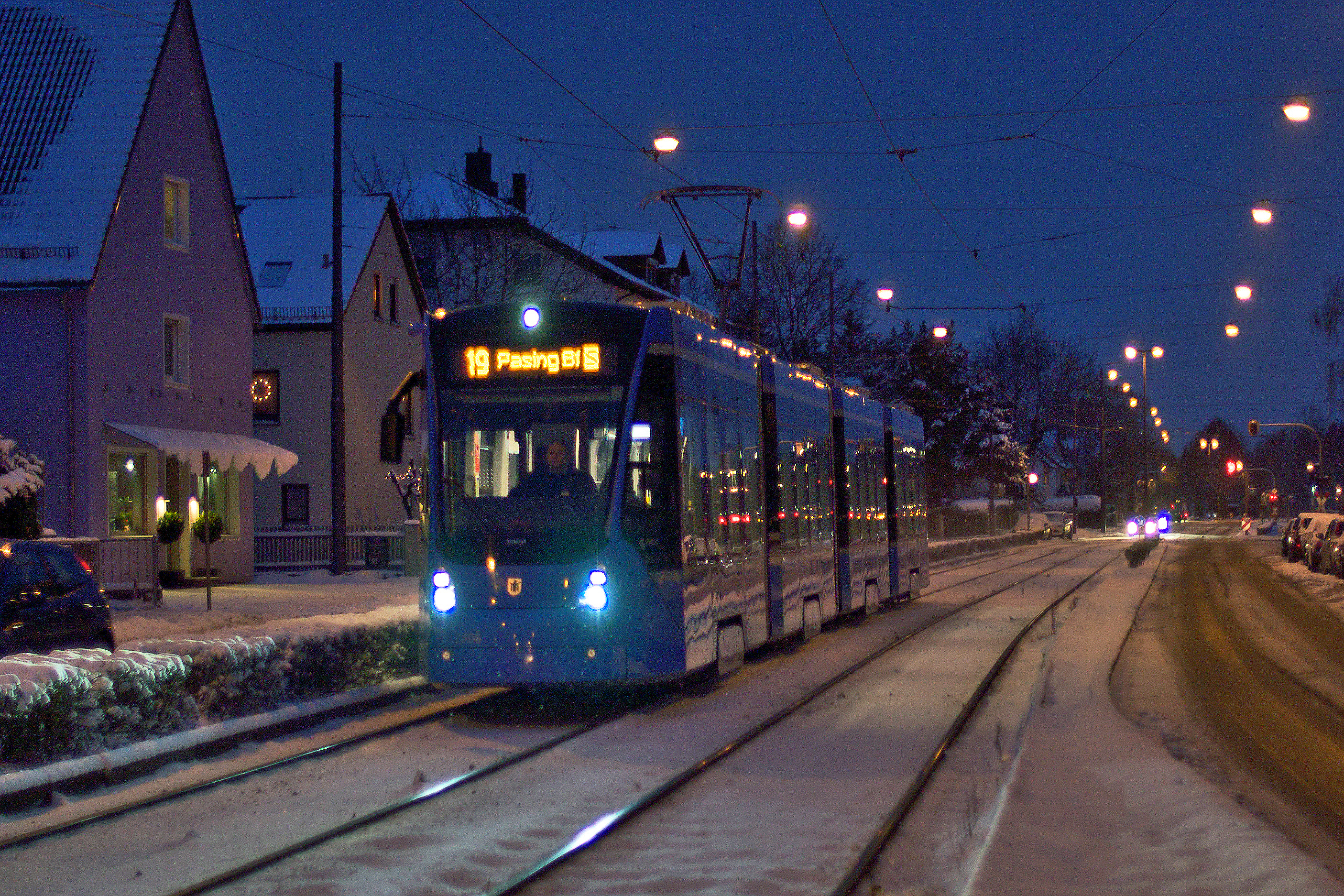In der Abenddämmerung erreicht Avenio 2806 die Haltestelle Kreillerstraße