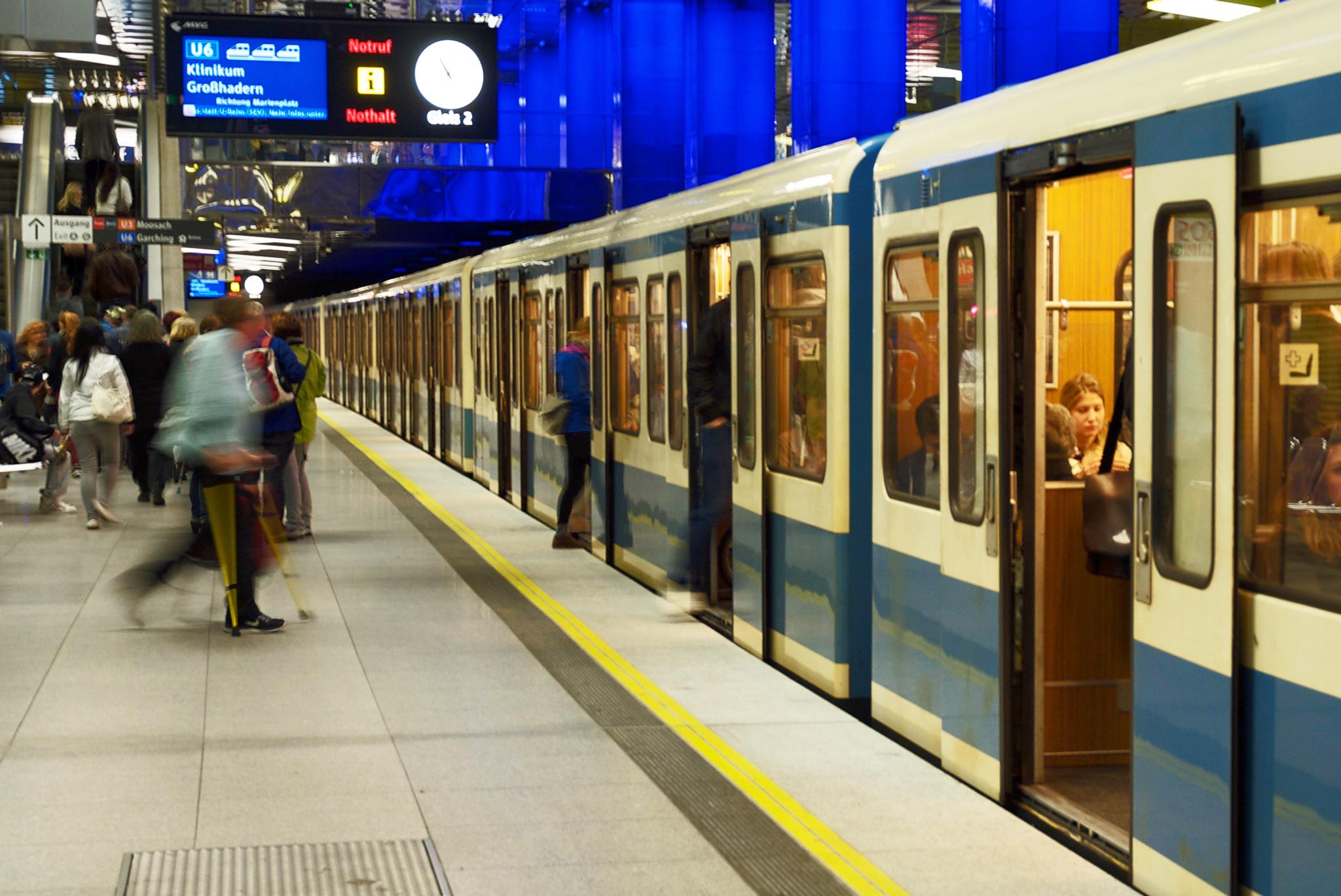 Eine U6 verlässt den Schwabinger U-Bahnhof Münchner Freiheit